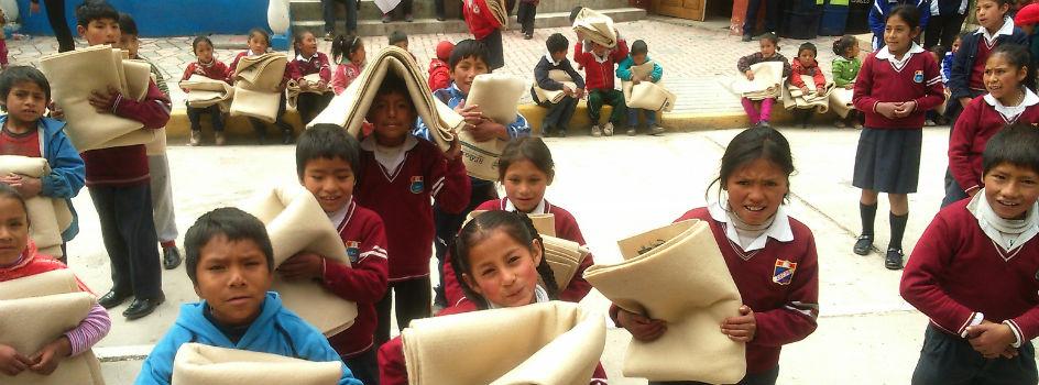 REEDUCA Reciclar para Abrigar entregó 250 frazadas hechas de PET a escolares de Yauyos