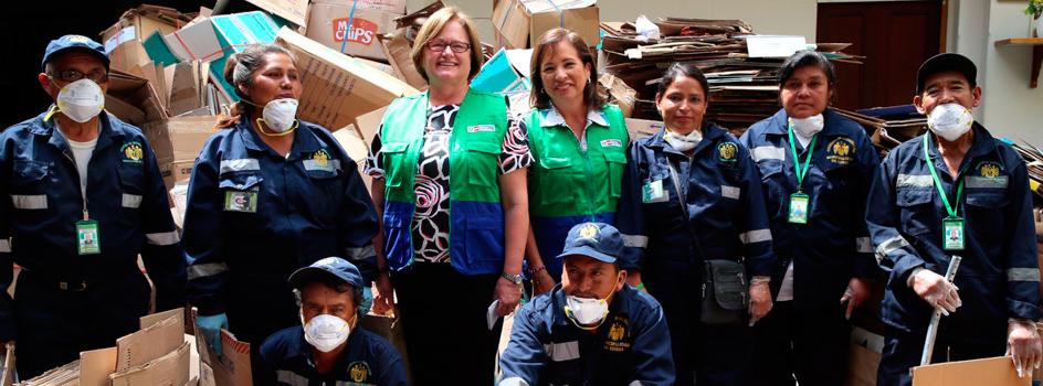 Primera Dama, Nancy Lange de Kuczynski, acompañada por la ministra del Ambiente, Elsa Galarza, hace entre de cajas de carton a Asociaciones de Recicladores
