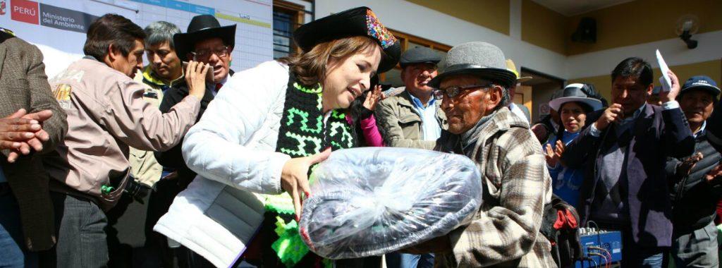 Ministra Elsa Galarza entregó kits de abrigo a población de Huancavelica afectada por heladas